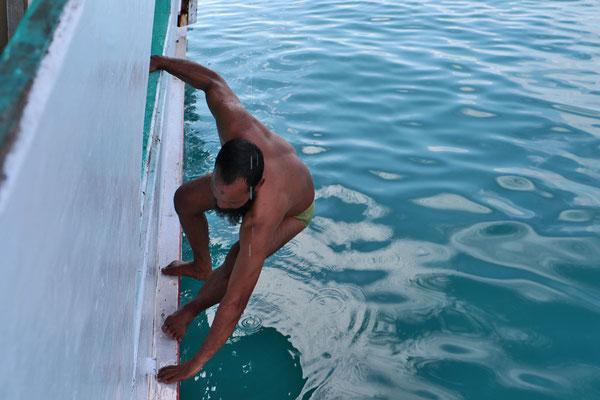 Zwischdurch geht der Kapitän über Bord und versucht tauchend unter Wasser etwas zu reparieren