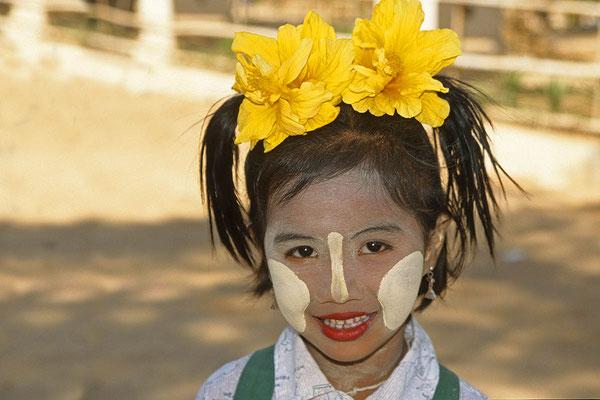 Die Tanakapaste wirkt nicht nur dekorativ, sondern kühlt auch und schützt gegen die Sonne.