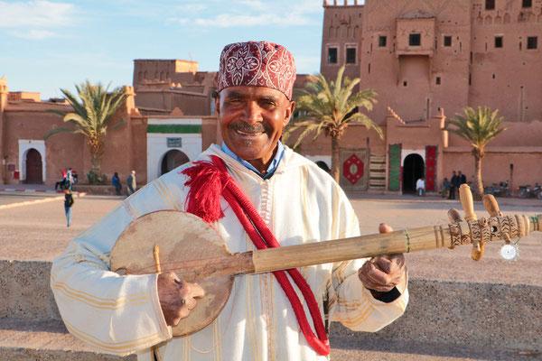 Straßenmusikant bei Ait Ben Haddou.