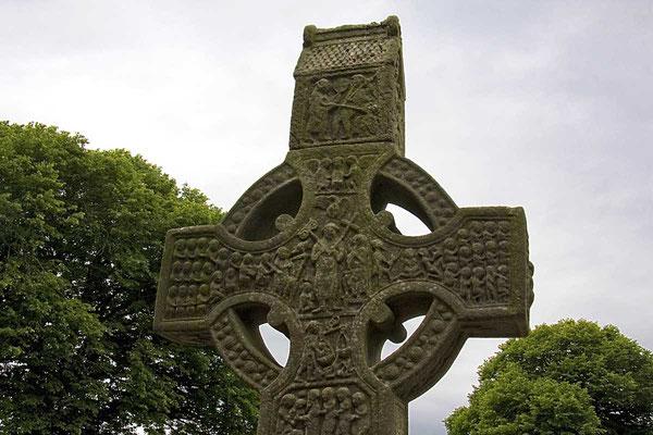 Biblische Szenen in Stein auf einem Irischen Hochkreuz.