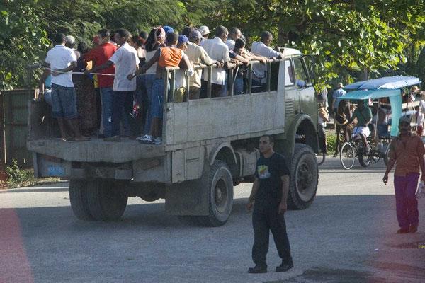 Dem Kubaner ist jedes Transportmittel recht. Trauergesellschaft auf dem Weg zum Friedhof.