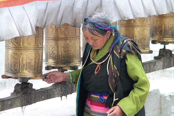 Eine Pilgerin dreht die Gebetsmühlen beim Kloster Tashilhunpo in Shigatse, der Residenz des Panchen Lama.