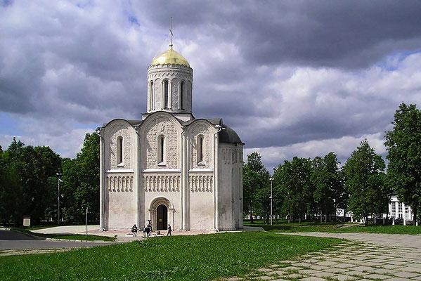 """Stolz thront auf dem höchsten Hügel der Stadt die """"Mariä-Entschlafens-Kathedrale""""."""