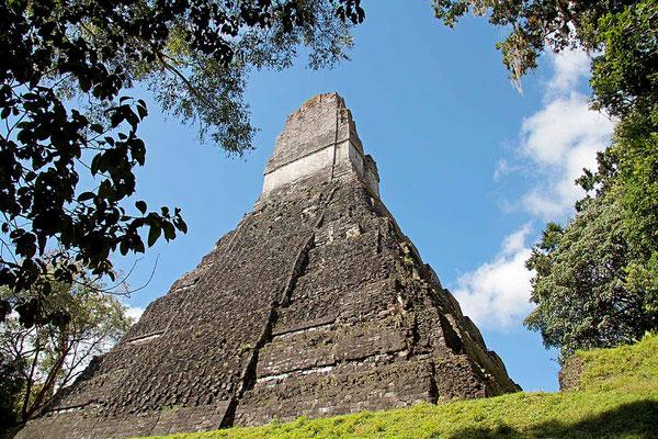 Tikal ist eine antike Stadt der Maya in den Regenwäldern im nördlichen Guatemala mit bemerkenswerten Stufentempeln. Sie war eine der bedeutendsten Städte der klassischen Maya-Periode und ist eine der am besten erforschten Maya-Städte.