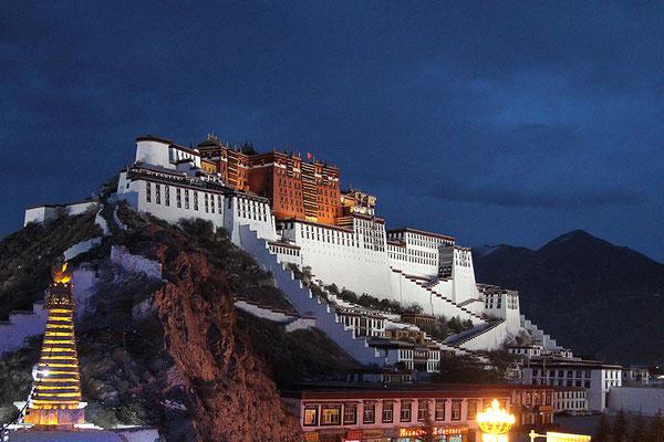 Der Potala - Palast bei Nacht.