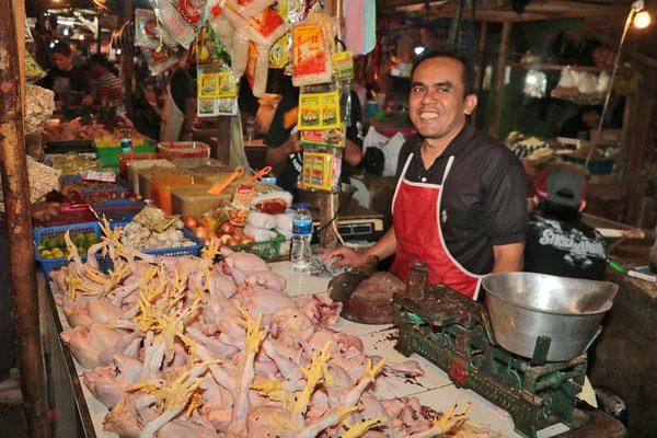 Hühnchenverkäufer auf einem Markt auf Sumatra