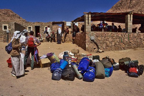 Die Vorbereitungen für das Trekking durch die Berge des Sinai laufen auf Hochtouren.