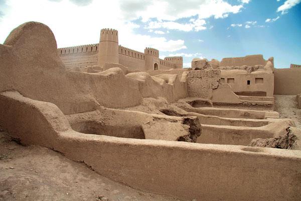 In Rayen gibt es eine noch gut erhaltene Palastanlage aus Lehmziegel, welche der im Jahre 2001 bei einem Erdbeben zerstörten Anlage von Bam ähnlich, aber wesentlich kleiner ist.