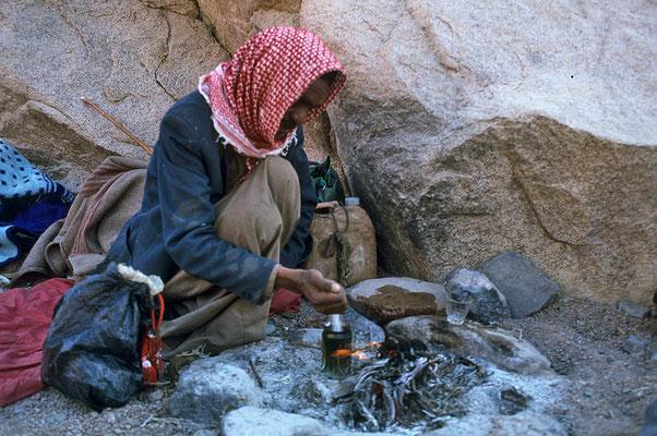 Ein Beduine braut sich in einer Bierdose seinen Schlaftrunk.