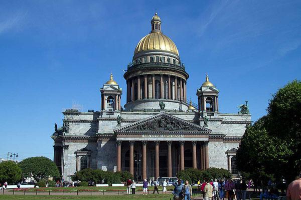 Die Isakskathedrale von St. Petersburg zählt zu den größten Kuppelbauten der Welt. Als Fundament wurden 30 000 Eichenpfählen in den seichten Boden gerammt.