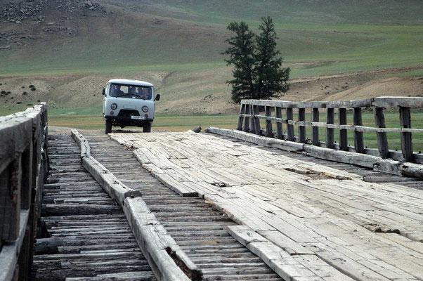 Flüsse auf Brücken zu überqueren ist in der Mongolei meist ein kleines Abenteuer.