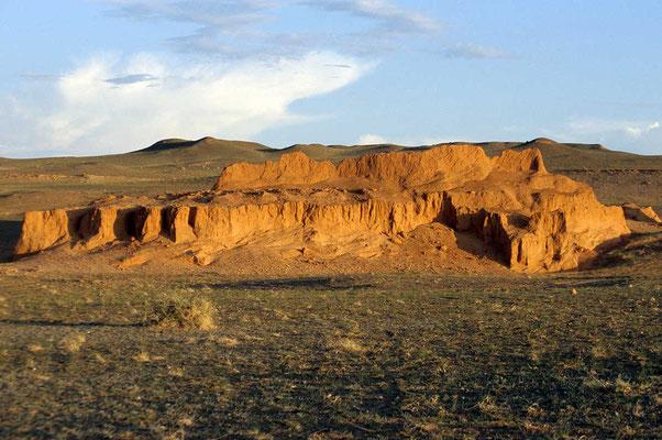 Der amerikanische Forscher Andrews stieß 1922 erstmals in diese unerforschte Region vor und glaubte, die Stelle gefunden zu haben, an der die Wiege der Menschheit stand. Insbesondere als in der Abendsonne die Felsen zu glühen begannen.