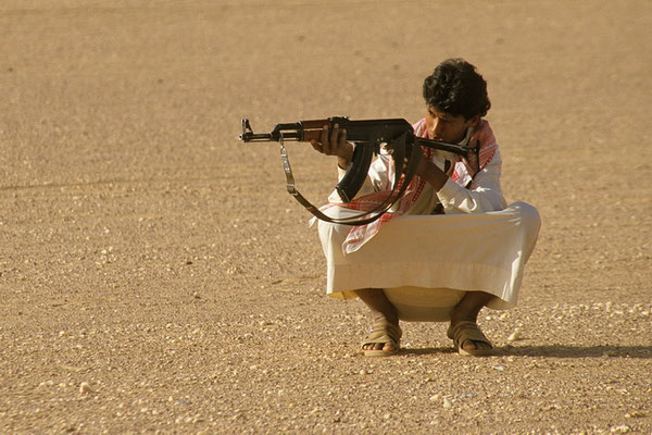 Hmet bei Schießübunge in der Großen Arabischen Wüste Rub al Khali.