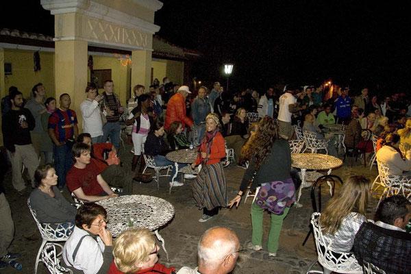 Abendliches Treiben zu Lifemusik bei der Sklaventreppe neben der Kathedrale in Trinidad.