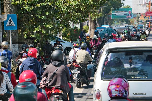 Überall in Indonesien ist der Verkehr immens und jeder Zentimeter Straße ist belegt