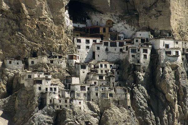 Das Kloster Phugtal aus dem 15. Jh. ist wie ein Schwalbennest an den Berg geklebt.