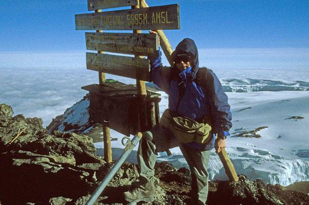 Endlich geschafft! - Auf dem Uhuru-Peak in 5895 m Höhe