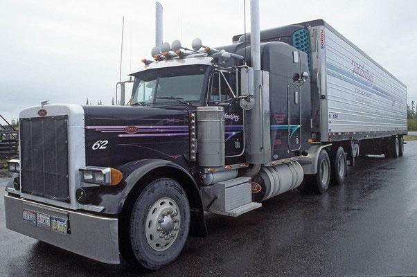 Truck auf einem Rastplatz am Alaska-Highway mit rund 40 m. Länge.