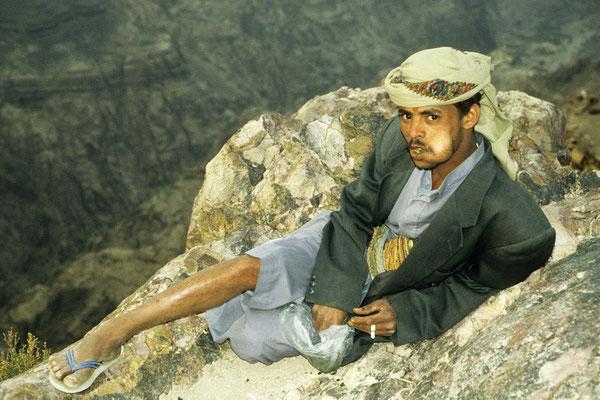 Unser lokaler Führer mit einer dicken Qat-Backe. Qat wirkt berauschend und wird im Jemen von 75% der Männer und 30% der Frauen regelmäßig konsumiert.