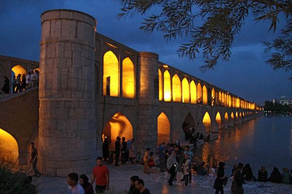 Die 33 Bogen-Brücke von Isfahan wurde 1602 unter Schah Abbas I erbaut und gilt als Meisterwerk dieser Epoche.