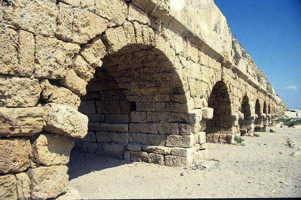 Das einst 12 km lange Aquädukt versorgte das antike Cäsarea  mit Wasser aus dem nordöstlich gelegenen Karmelgebirge.