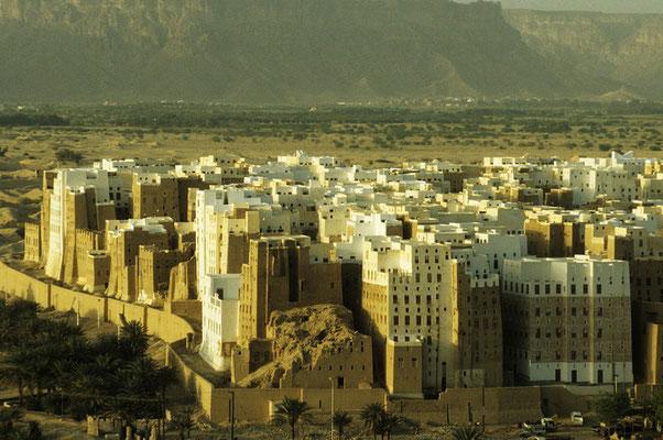 Shibam: Hier stehen rund 500 Lehmhäuser, welche teilweise bis zu 500 Jahre alt und z.T. bis zu 30 m hoch sind.