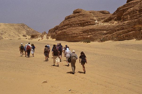Unterwegs zu den Kreideklippen mitten in der Wüste.