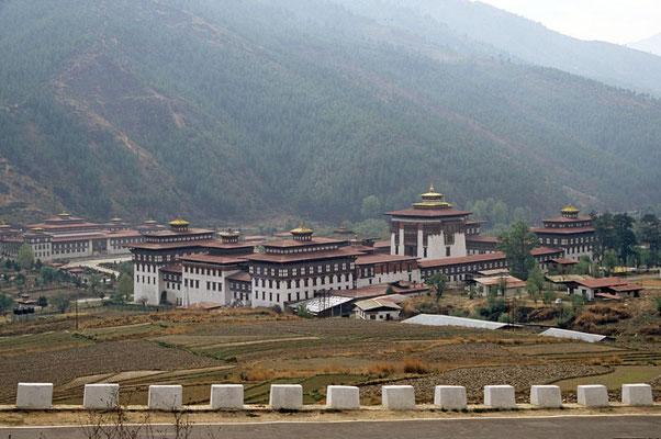 Thimphu: Majestätisch der Tashiohho Dzong. Er gilt als ältestes Klosters des Landes. Im Turm sind der Thronsaal und verschiedene Regierungsbehörden untergebracht. Die Anlage hat ihren Ursprung im 13. Jahrhundert.