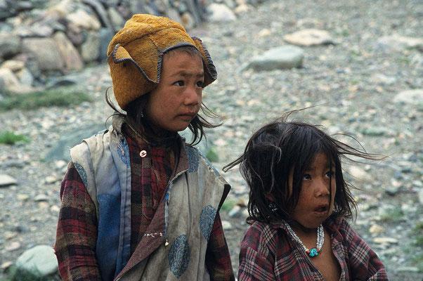 Da hier höchst selten Touristen vorbeikommen, sehen die Kinder die ganze Sache eher skeptisch.