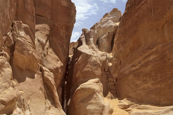 Abstieg in tiefe Schluchten bei den Kreideklippen. Weißer Sand und strahlend weiße Felsen.