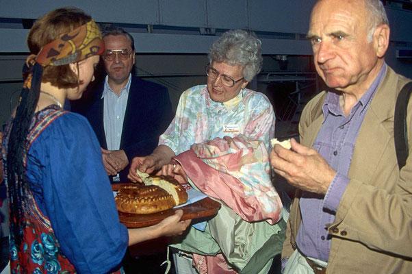 Bei der Ankunft am  Schiff bekommt jeder traditionsgemäß ein Stück Salzbrot.