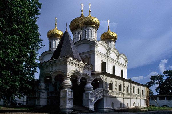 Wunderschön liegt das Ipatios-Kloster am Ufer der Kostroma.