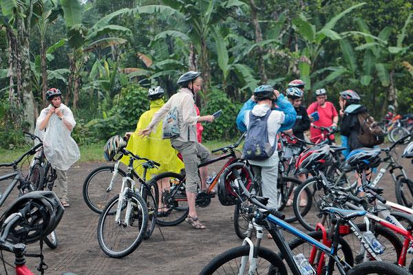 Radtour trotz Regen durch die Dörfer etwas abseits von Ubud