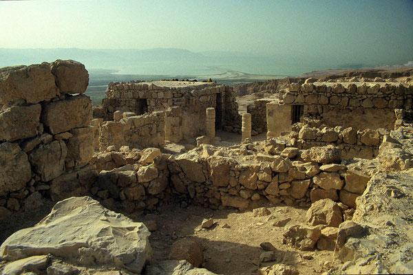 Auf einem isolierten Tafelberg  liegen die Überreste der ehemaligen Festung Masada,  die als Symbol der Freiheit Israels gilt.
