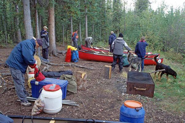 Auf dem Campground am Yukon bereiten wir die Boote für die Kanutour vor.