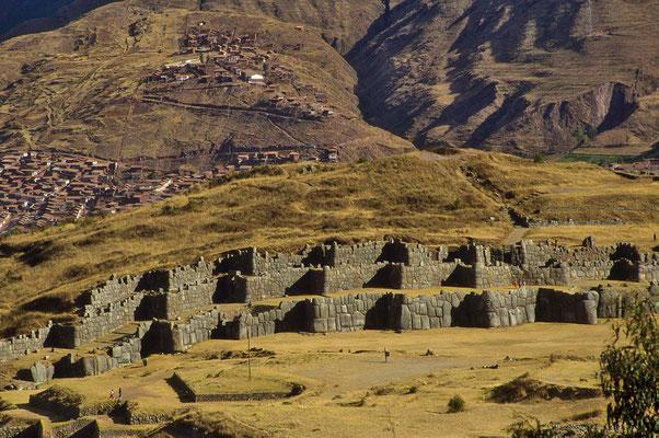 Inka-Baukunst in Vollendung gibt es in Sacsayhuamán bei Cusco. Auf einer Länge von 300 m erstrecken sich  bis zu 10 m hohe Zick-Zack-Mauern.