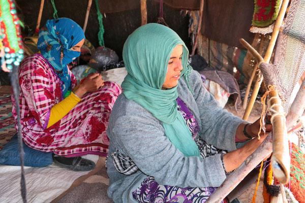 Besuch einer Nomadenfamilie nahe der algerischen Grenze. Die Frauen machen Handarbeiten.