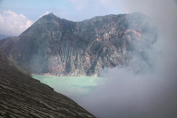 Blick in den Schwefelkrater des Vulkan Idjen. Der Kraterrand liegt auf 2400 m. Von unten schleppen Arbeiter die schweren Schwefelsteine hoch
