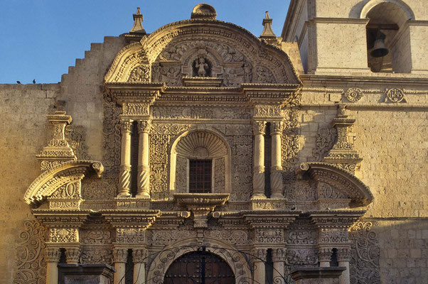 """Kirche """"La Compania"""" von 1698  mit ihrem prächtigen Portal in Arequipa."""