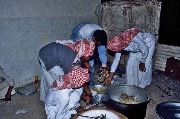 Im Camp der Barakats wird für unser Nachtessen ein Ziege zubereitet, doch stellt diese unsere Zähne auf eine harte Probe.