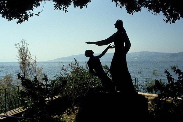 Am Ufer des Sees Genezareth steht die Primatskapelle - dabei eine Skulptur von Jesus und Petrus.