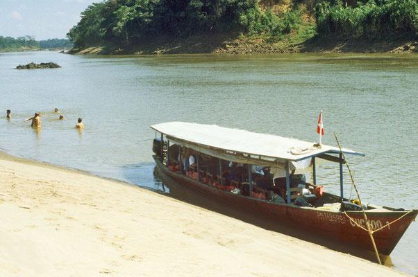 Mit dem Boot auf dem Weg zur Dschungel-Lodge. Badepause bei einer Sandbank. Wir ahnen nicht, dass es hier von Kaimanen wimmelt.