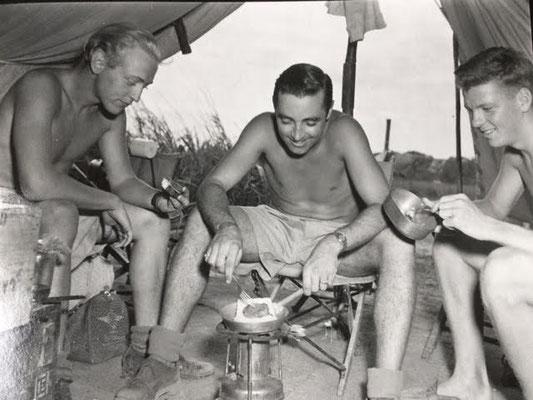 436 Sqn., members warming up a dish  - Kochen bei der 436. Staffel RCAF