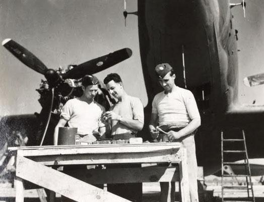 Dakota engine repair 435 Sqn., L-R:  A. White, Charles Grégoire, Bob Donaldson , 1944-45. - Reparatur eines Dakota-Motors, 435. Staffel RCAF. Von l/r: : A. White, Charles Grégoire, Bob Donaldson