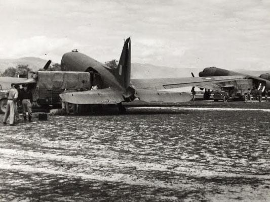 DC-3 being loaded with cargo - Beladung einer Dakota