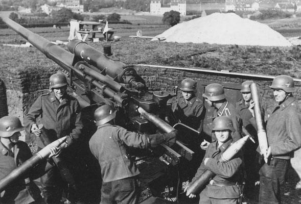 Flakgeschütz mit Besatzung