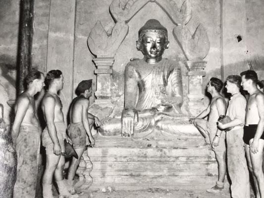 436 Sqn., ground crew examine a Buddha in a Burmese Temple  - Bodenpersonal der 436. Staffel RCAF begutachten einen Buddha in einem burmesischen Tempel
