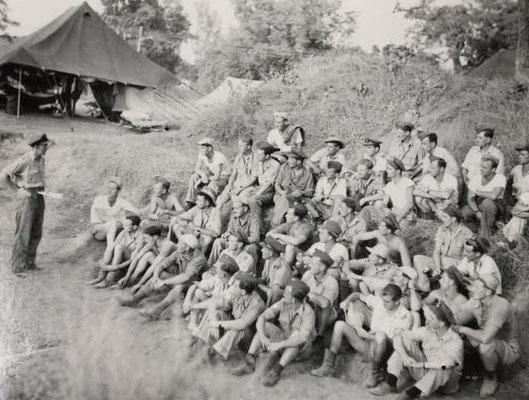 Briefing Jump Masters RCAF  435 and 436 Sqn., Prepare for Rangoon Drops  -  Briefing der Absetzoffiziere der 435. & 436. Staffel, Vorbereitung Luftabwürfe über Rangoon
