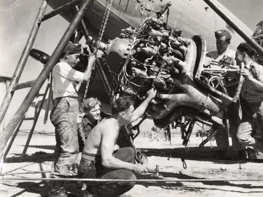 Dakota engine repair 435 Sqn., 1944-45 / Reparatur eines Dakota-Motors, 435. Staffel RCAF, 1944-45
