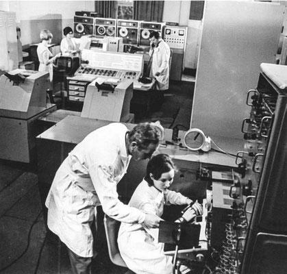 Декабрь 1975 года. Сканирующая система АЭЛТ-1 с управляющей ЭВМ БЭСМ-4. На заднем плане справа – В.Н. Шкунденков, в центре – Л.В. Тутышкина. На переднем плане – оператор со скоростным световым карандашом в руке управляет работой сканера